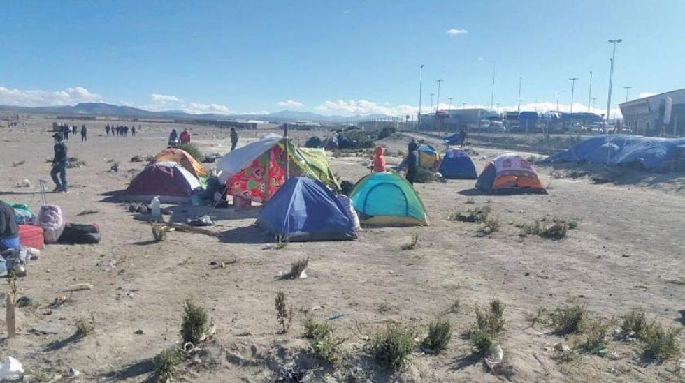 La gente que no logró entrar al campamento nacional está en campo abierto.