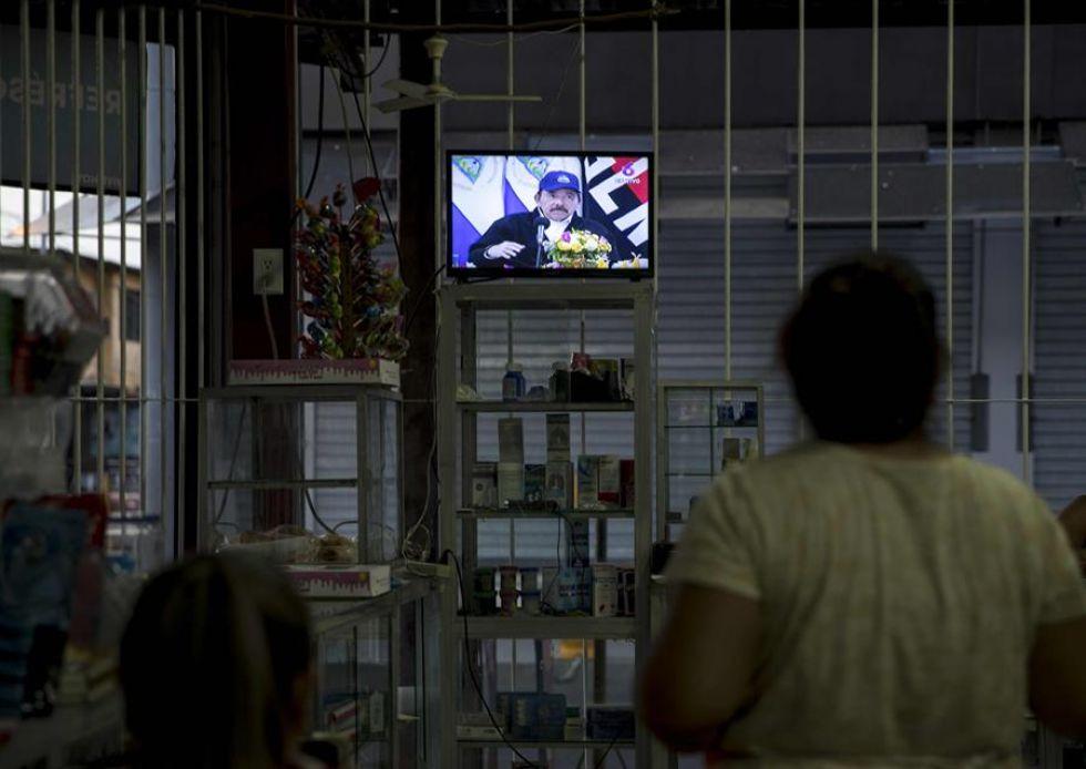 Los nicaragüenses siguen el mensaje televisado.