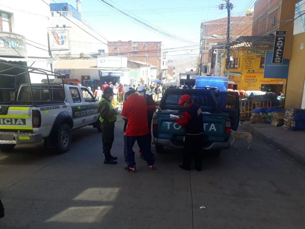 Ex alumnos del colegio Pichincha reparten refrigerios a Policias