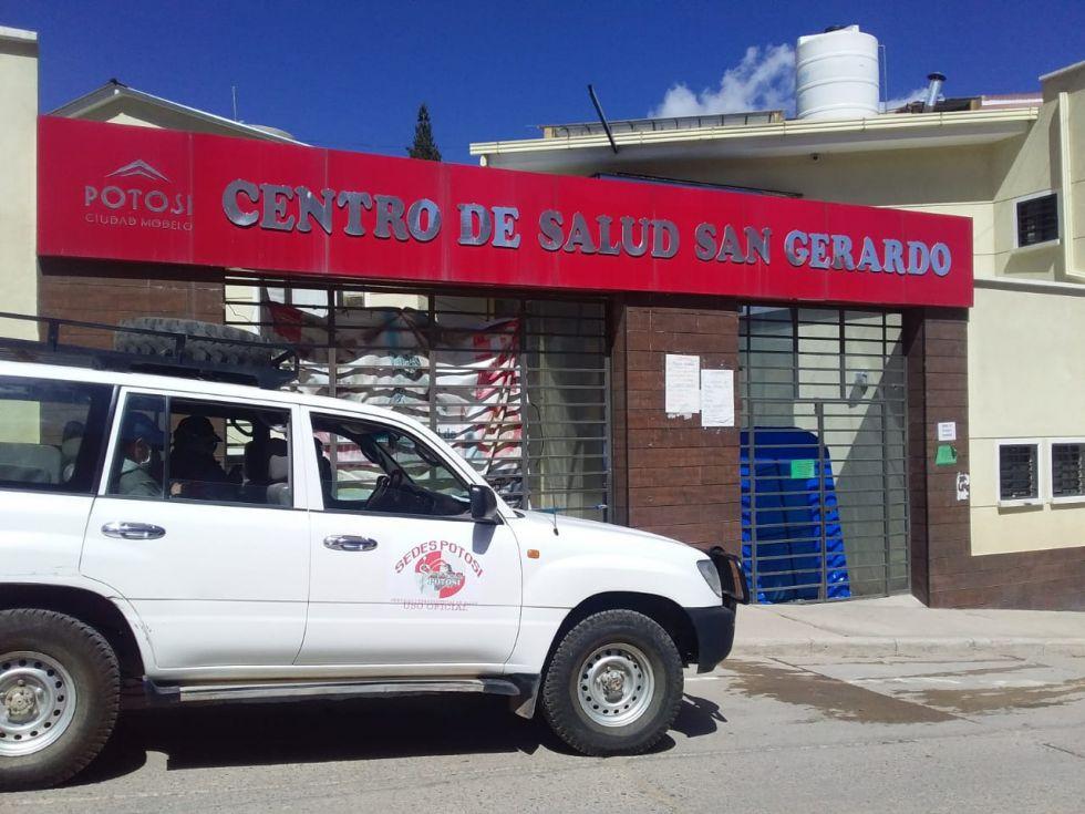 El personal realiza la desinfección de ambientes de instituciones sanitarias. FOTO SALUD AMBIENTAL SEDES
