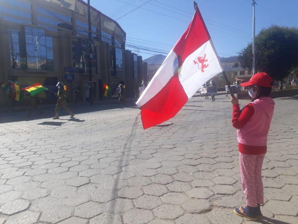 La población les saluda y aplaude en las calles.
