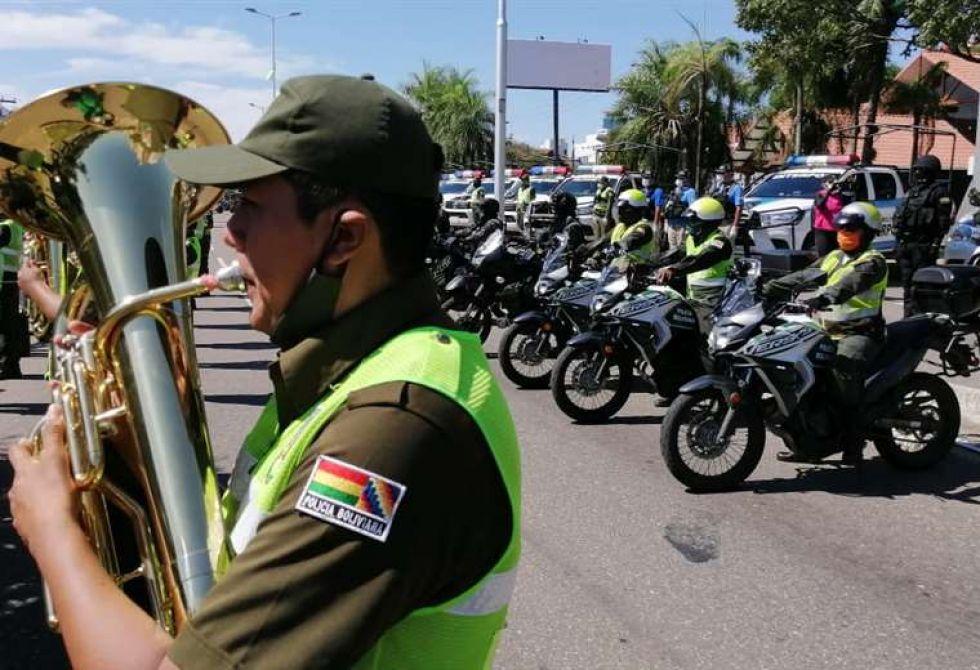 """Los uniformados entonaron el himno al policía que en una de sus estrofas dice: """"guardia fiel, qué te importa la vida, si alumbrando te mata el deber""""."""