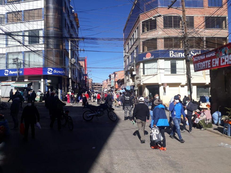 La gente sale a las calles, principalmente, cerca de los mercados.