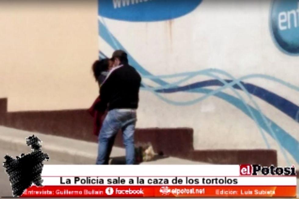 """Policía lamenta que """"enamorados"""" se burlen de la cuarentena"""