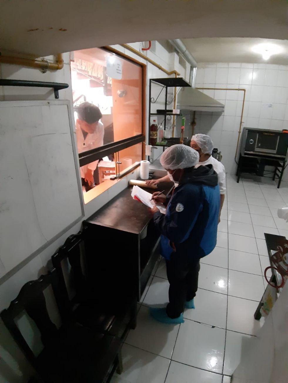 Inspección a establecimientos de comida. FOTO SALUD AMBIENTAL SEDES