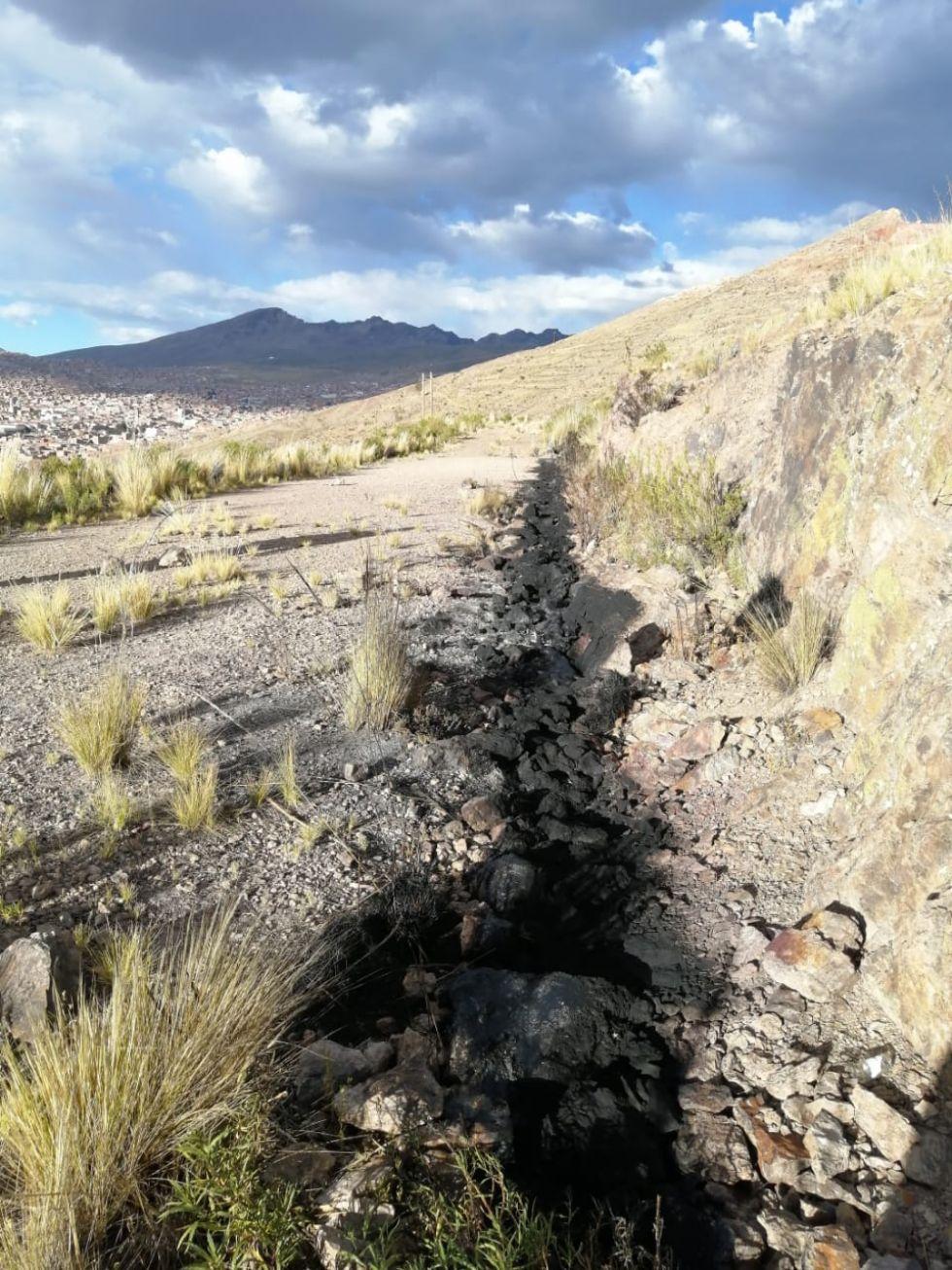 Al menos 30 metros del ducto fueron quemadospor personas aún no identificadas.  FOTO: AAPOS