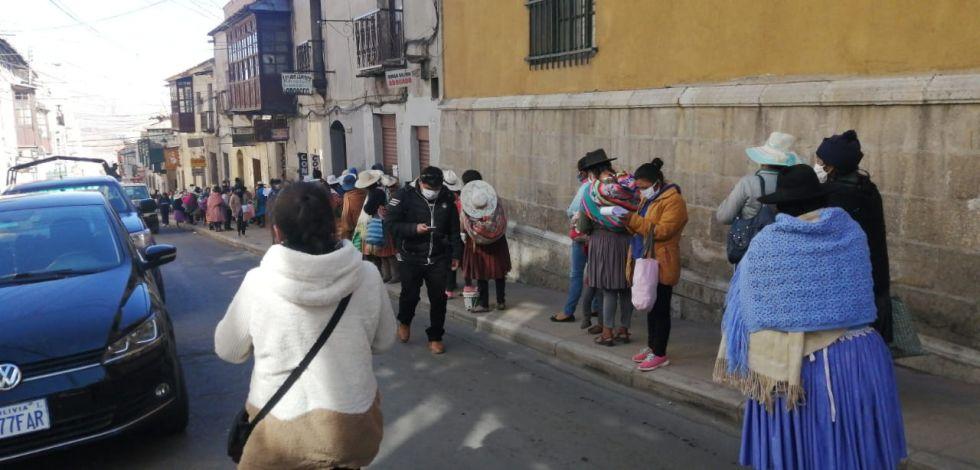 Hay largas filas en proximidades de la Gobernación, piden alimentos