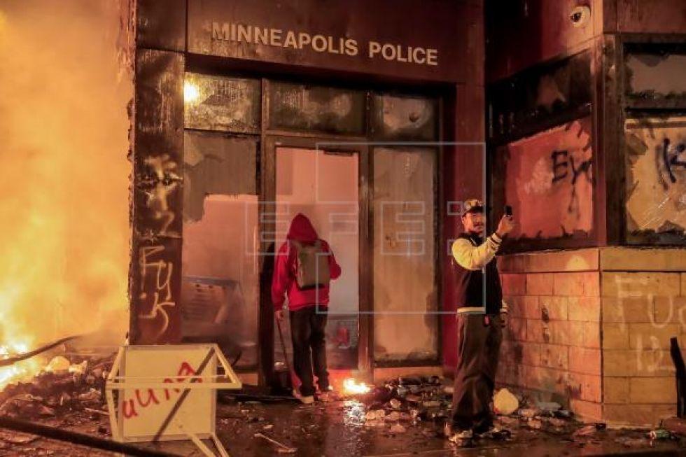 En un momento dado, los manifestantes lograron prender fuego a la estación policial