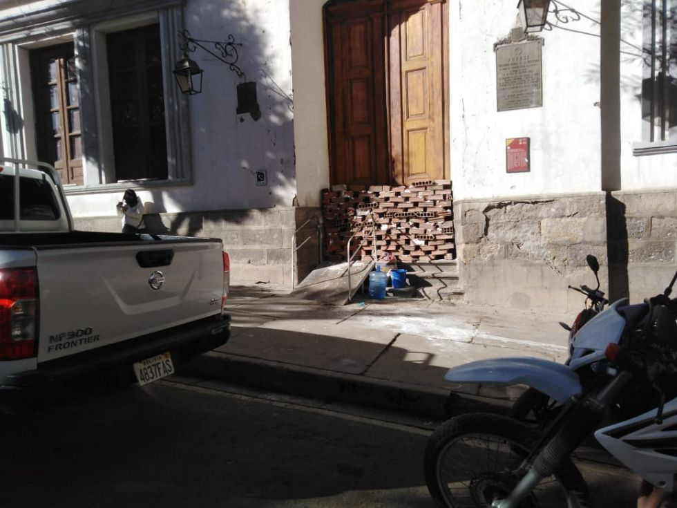 Juntas vecinales cumplen anuncio de cerrar la Alcaldía de Potosí