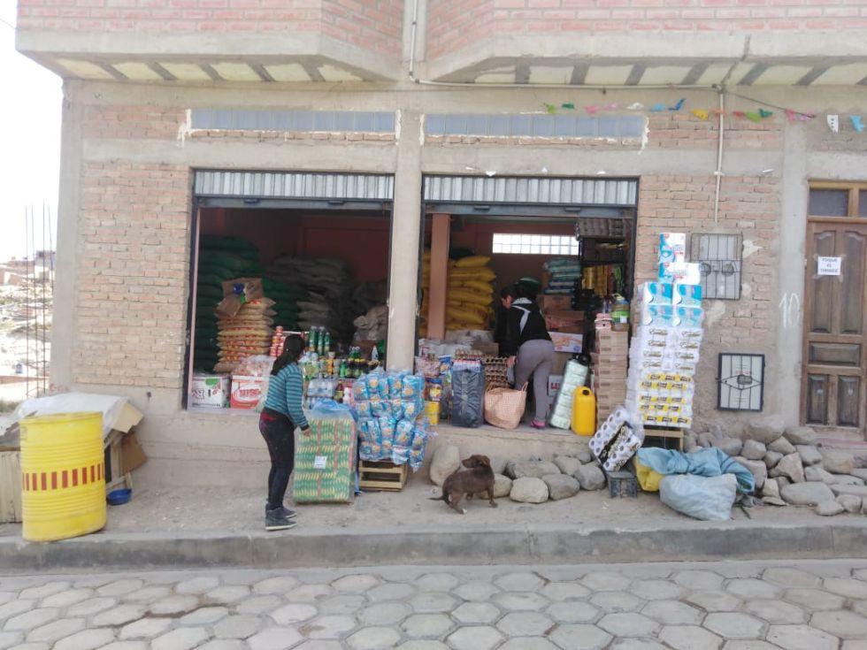 En fin de semana el comercio no está permitido, pese a ello hay gente que vende en Villa Victoria.