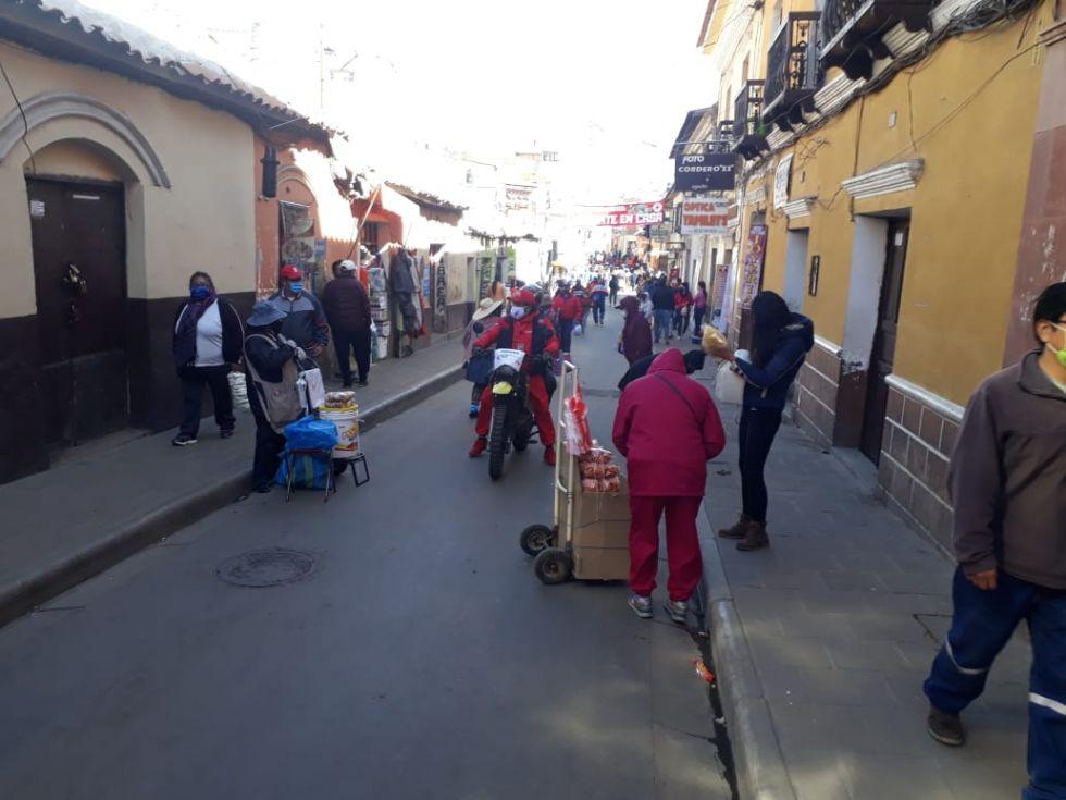 Hay mucha gente por las calles pese a estar vigente la cuarentena.
