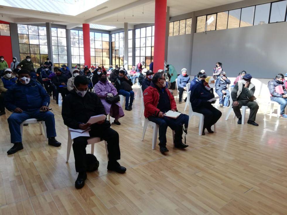 La reunión se desarrolla con la participación de representantes institucionales.