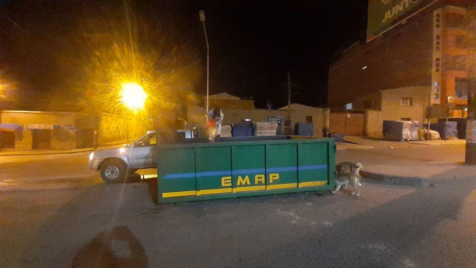El personal tuvo que sofocar el fuego dentro del gran contenedor. FOTO EMAP