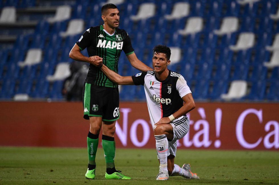 Uno de los jugadores rivales ayuda al astro portugués a levantarse.