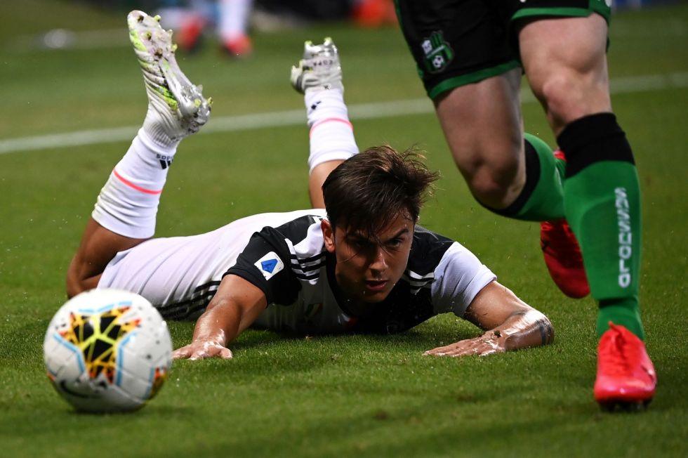El delantero argentino Paulo Dybala, de Juventus resbala en el cesped.