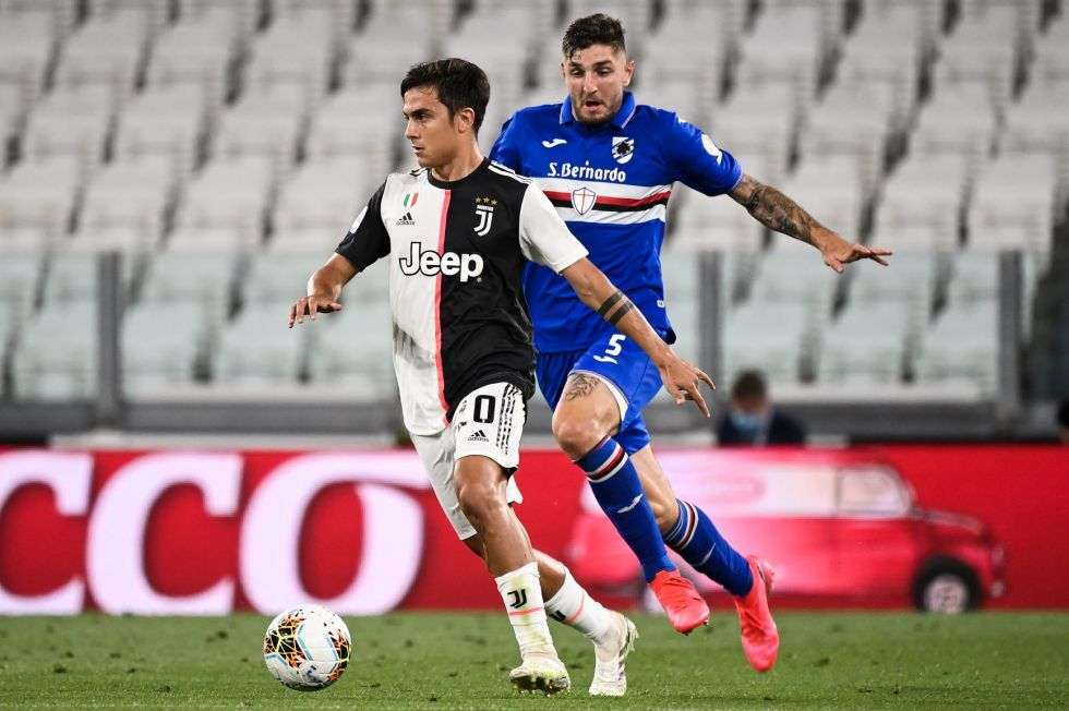 Paulo Dybala, de Juventus, controla el balón.