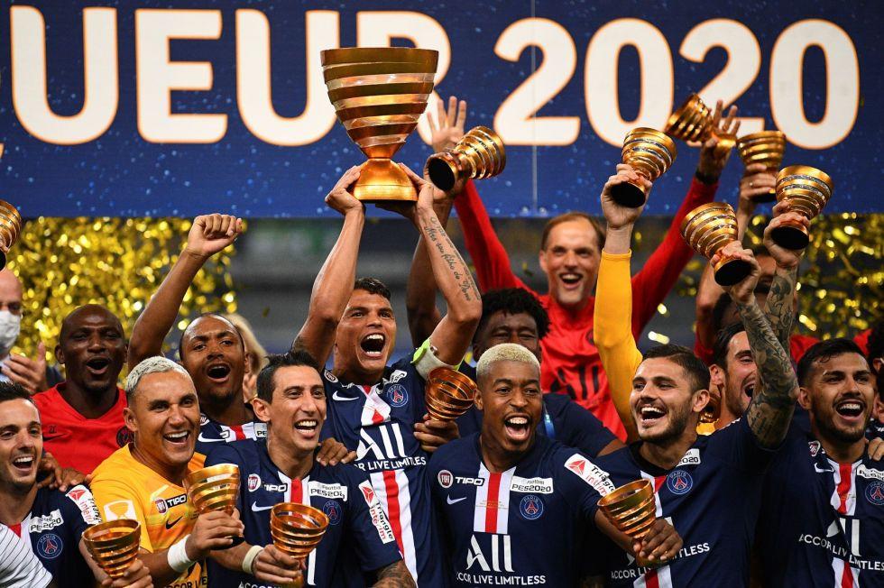 Los jugadores  del PSG celebran el título.