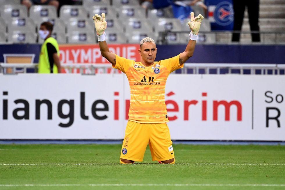 El portero Keylor Navas, del PSG, celebra la victoria.