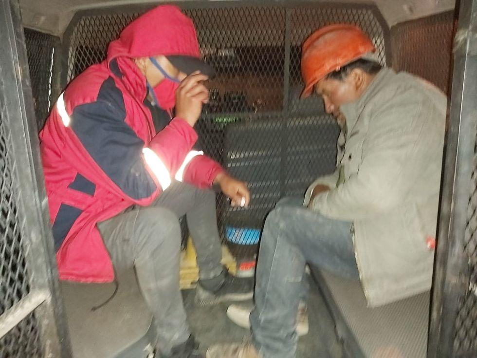 El motorizado y los ocupantes detenidos. FOTO RI3