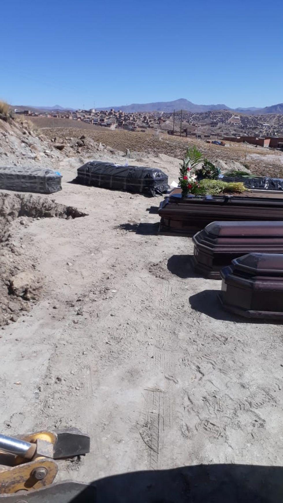 Los ataúdes no pudieron ser enterrados.