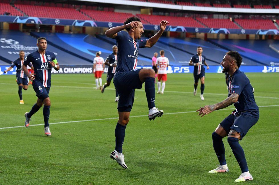El jugador Marquinhos (c), del PSG, celebra su gol.