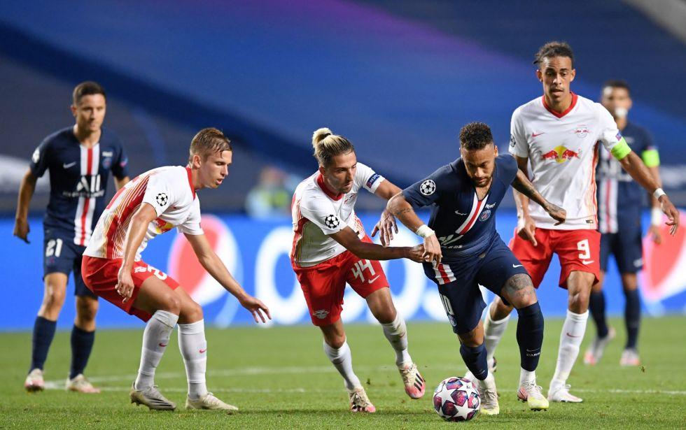 El astro brasileño Neymar, del PSG, controla el balón ante la marca de sus rivales.
