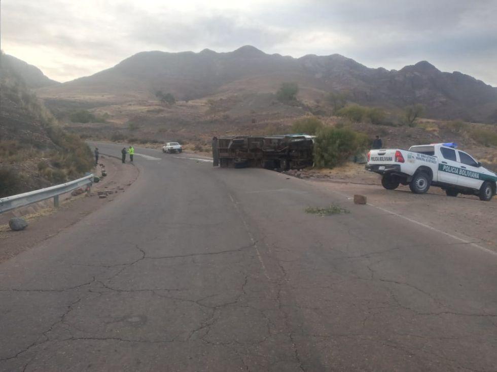 La carga quedó desparramada en la carretera.
