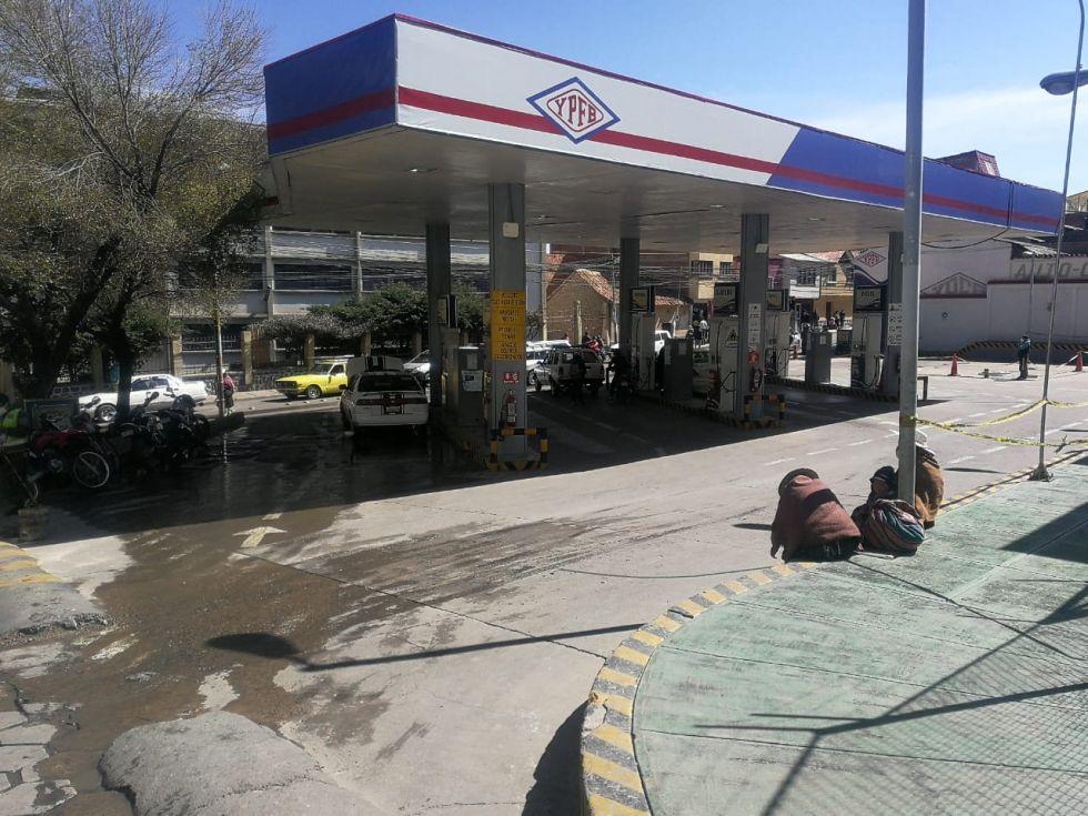 Las filas para gas licuado y combustible son larguísimas.