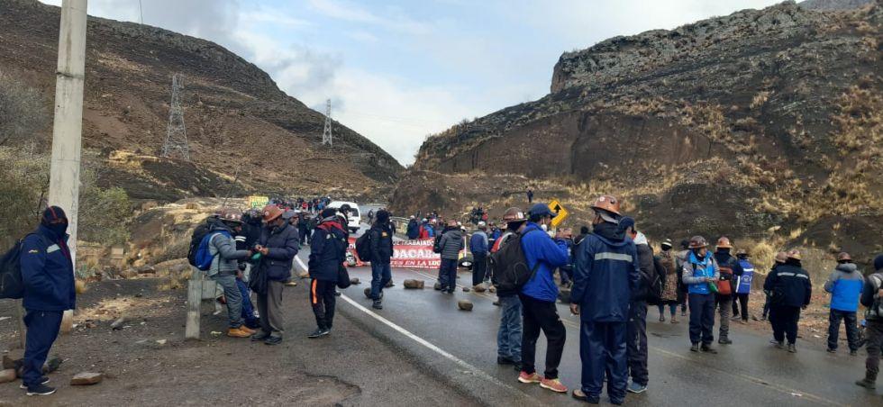 Los mineros bloquean la carretera.