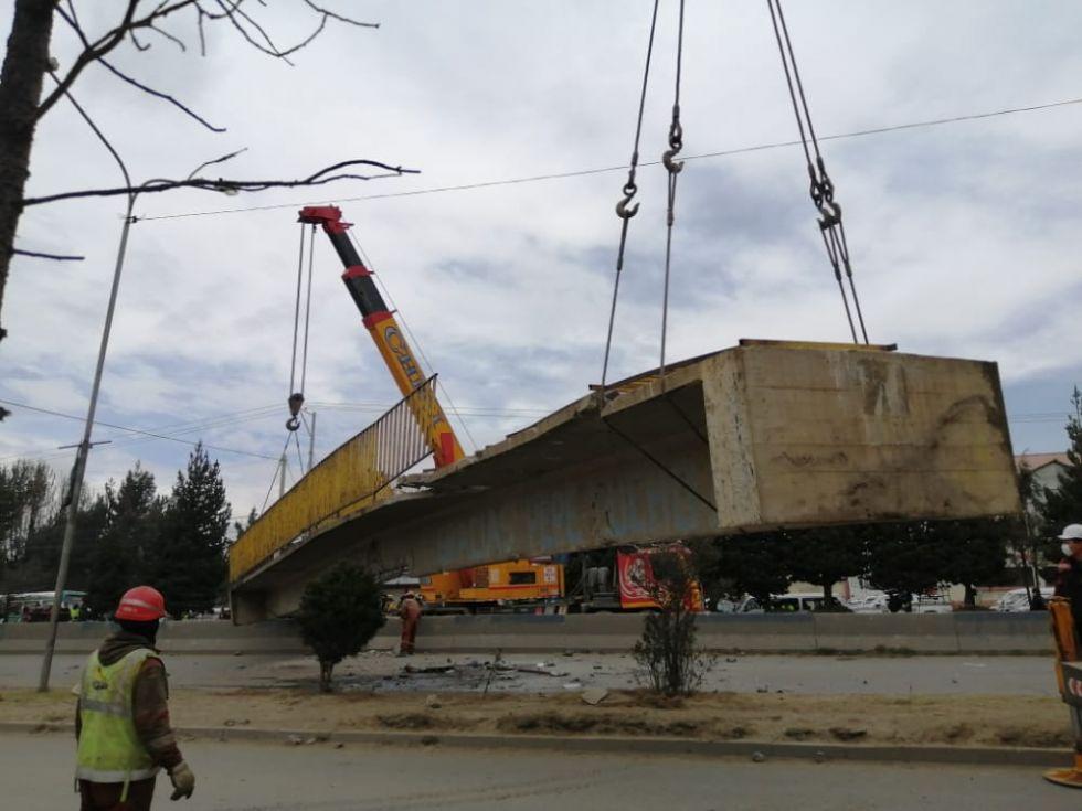 La estructura cayó sobre una volqueta y un minibús, hecho que provocó la muerte del chófer del motorizado de alto tonelaje.