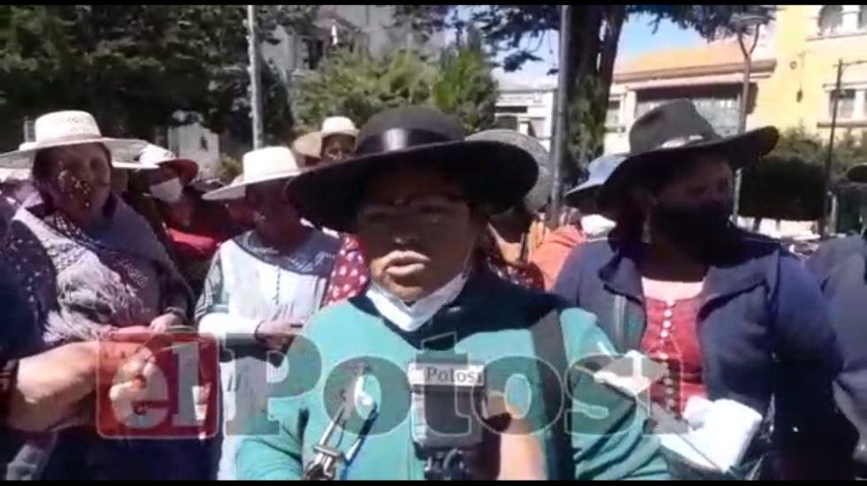Padres de familia de una unidad educativa no lograron cobrar el bono Juancito Pinto