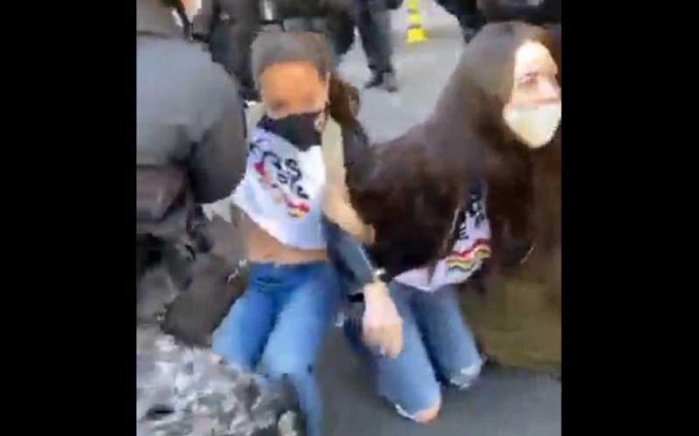 Policía echa por la fuerza a manifestantes que exigen respeto a los dos tercios