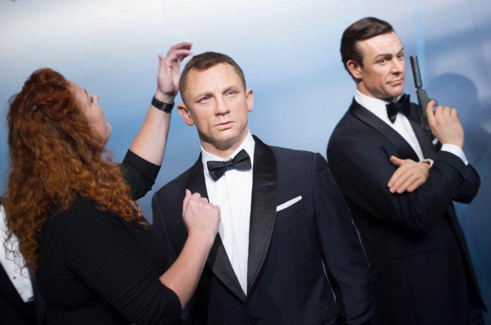 El último y el primer Bond, Daniel Craig (centro) y Sean Connery (der.).