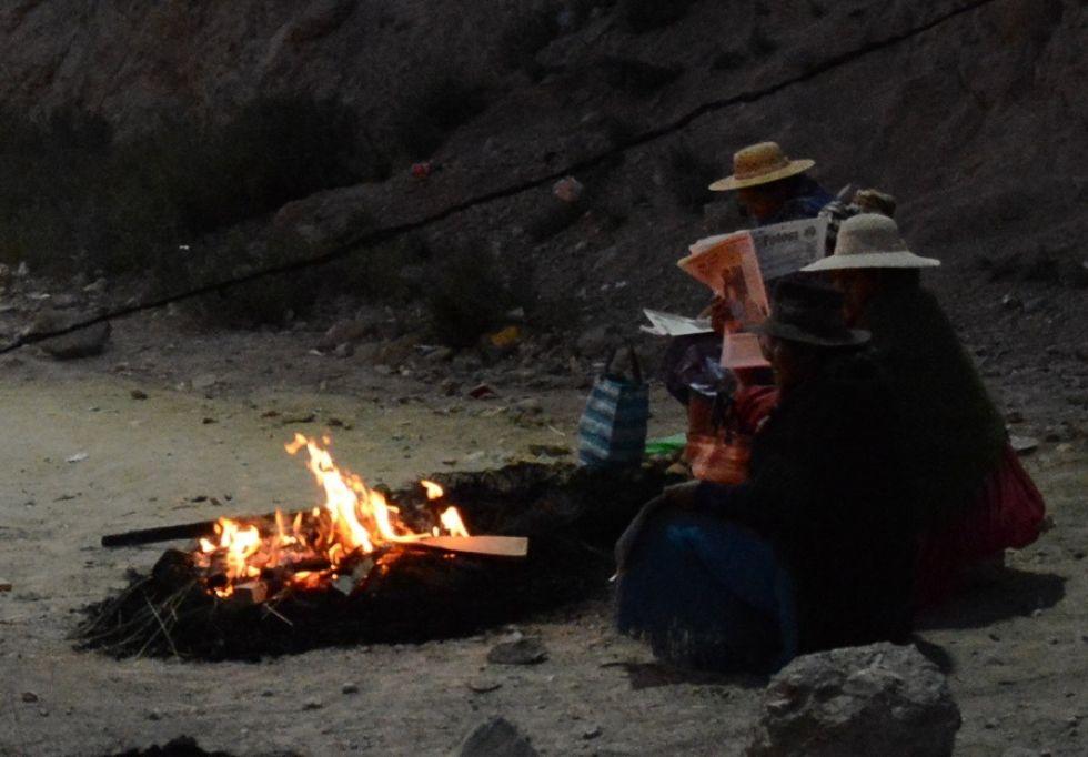 Una señora lee El Potosí mientras hace vigilia.