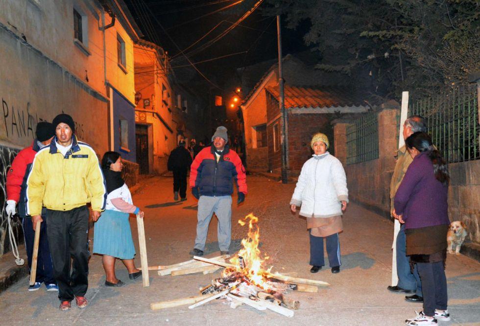 En la denominada Noche de las velas, los potosinos amanecieron en torno a sus fogatas.