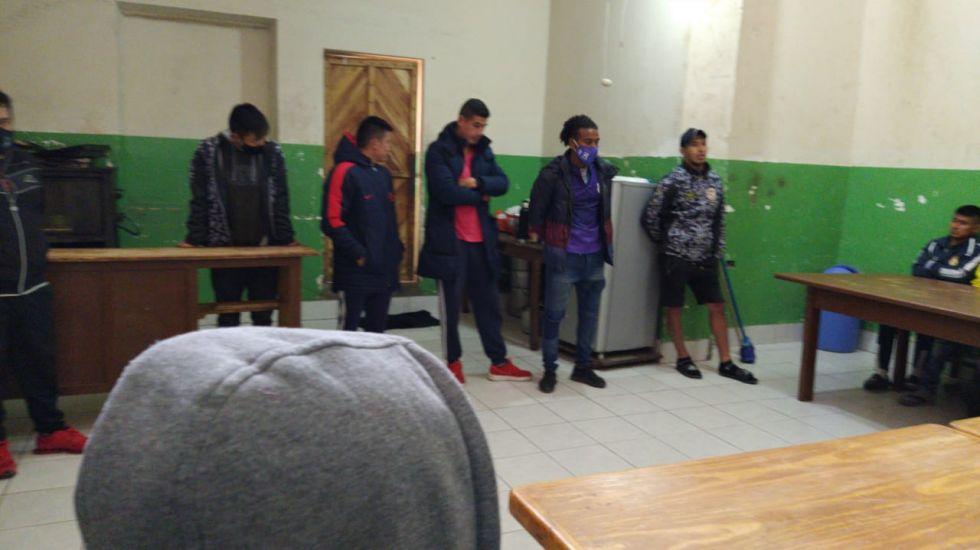 El centro de Acogida Nuevos Horizontes recibe la visita de los jugadores de Real Potosí. FOTO SEDEGES