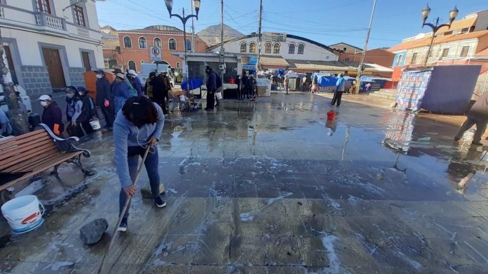 Realizaron la limpieza de los puestos de este punto comercial. FOTO EMAP