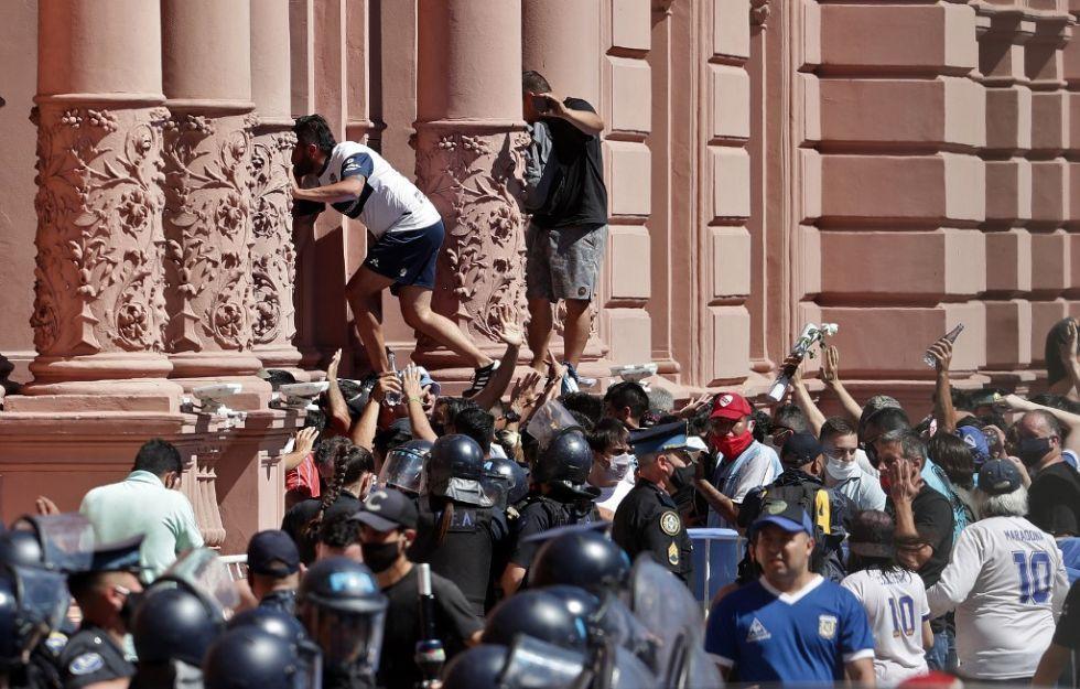 Incidentes en Casa Rosada obligan a retirar féretro de Maradona de capilla ardiente