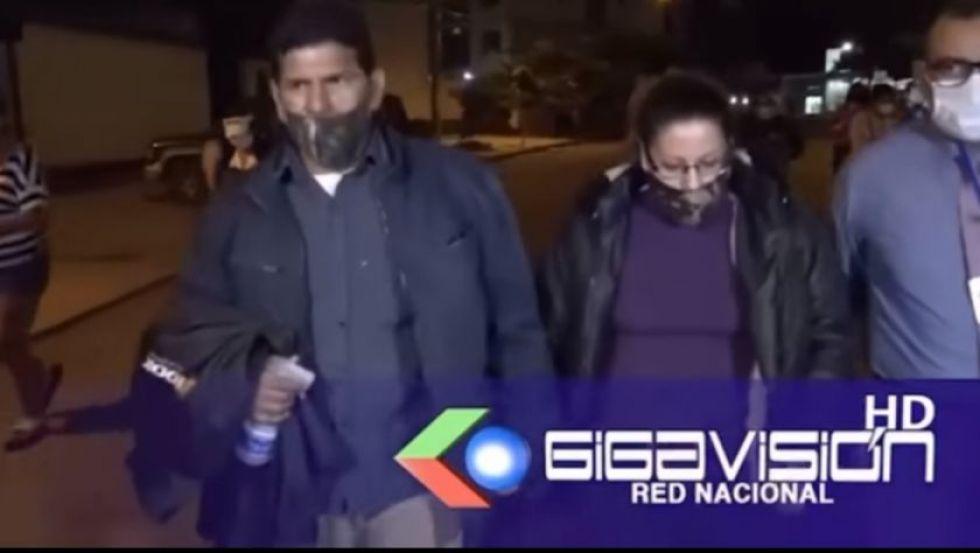 El ministro Cáceres despide a su jefa de gabinete, pero niega que esta sea su esposa