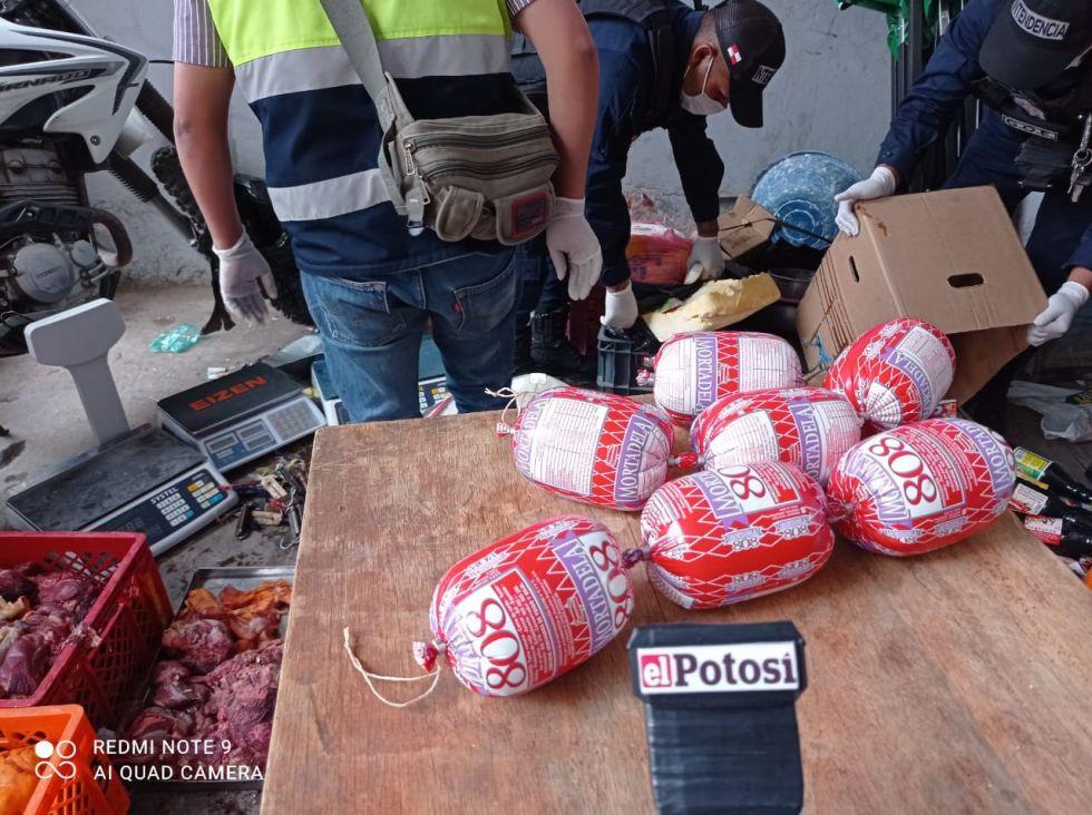 La carne de pollo y res era vendida en centros de abasto.