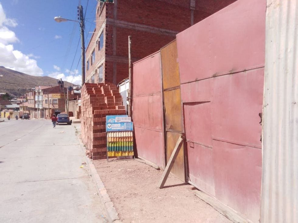 Comercios, letreros y comerciantes ocupan las aceras.