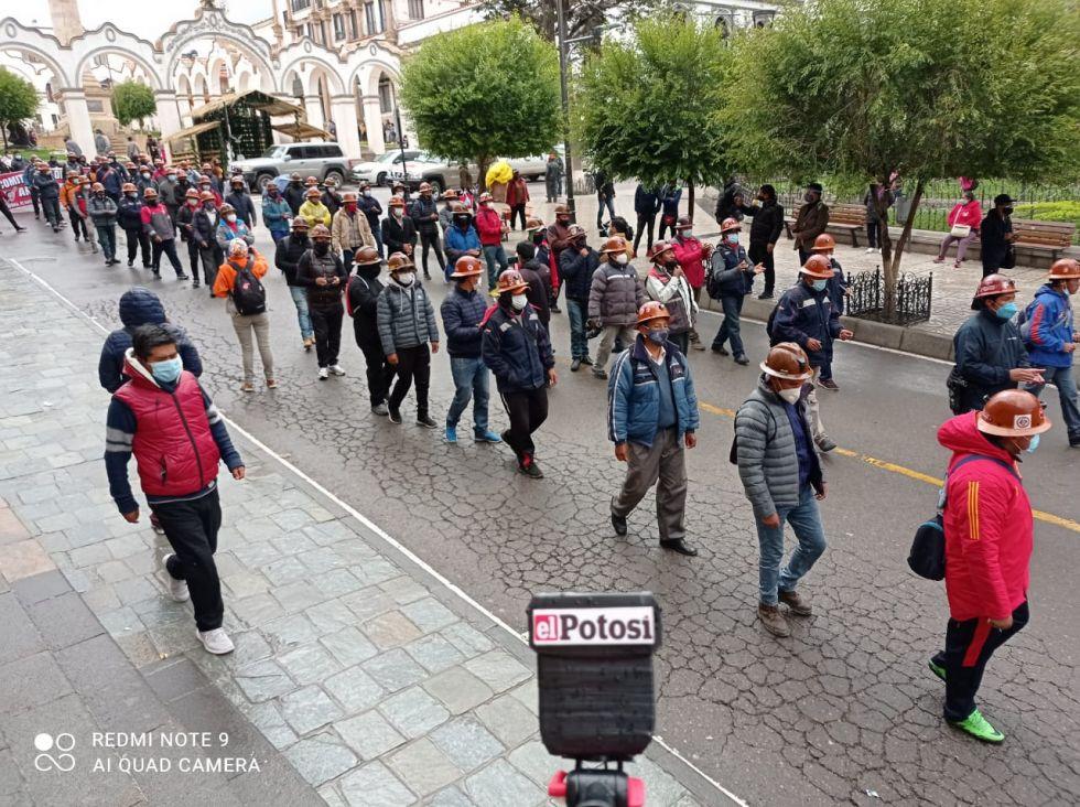 Los trabajadores marcharon hasta la plaza principal.