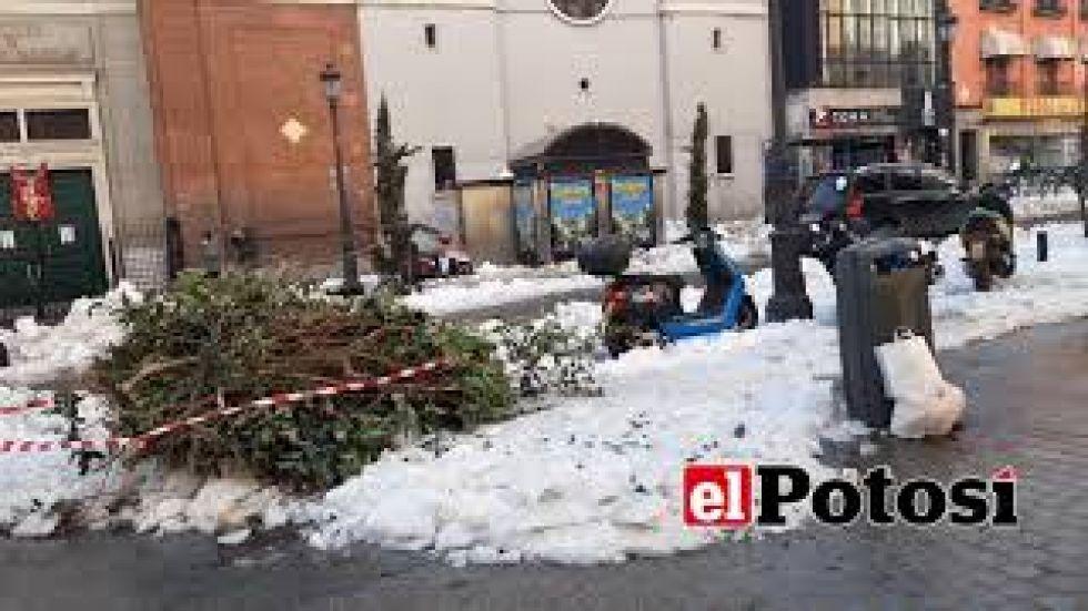 Madrid continúa con nieve en sus calles tras histórica nevada