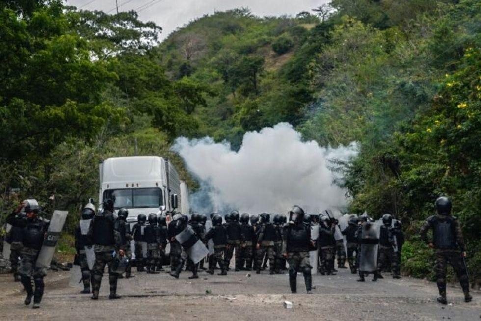 Fuerzas de seguridad bloquean a migrantes que llegaron en caravana desde Honduras en su camino a Estados Unidos, en Vado Hondo, Guatemala, el 18 de enero de 2021.