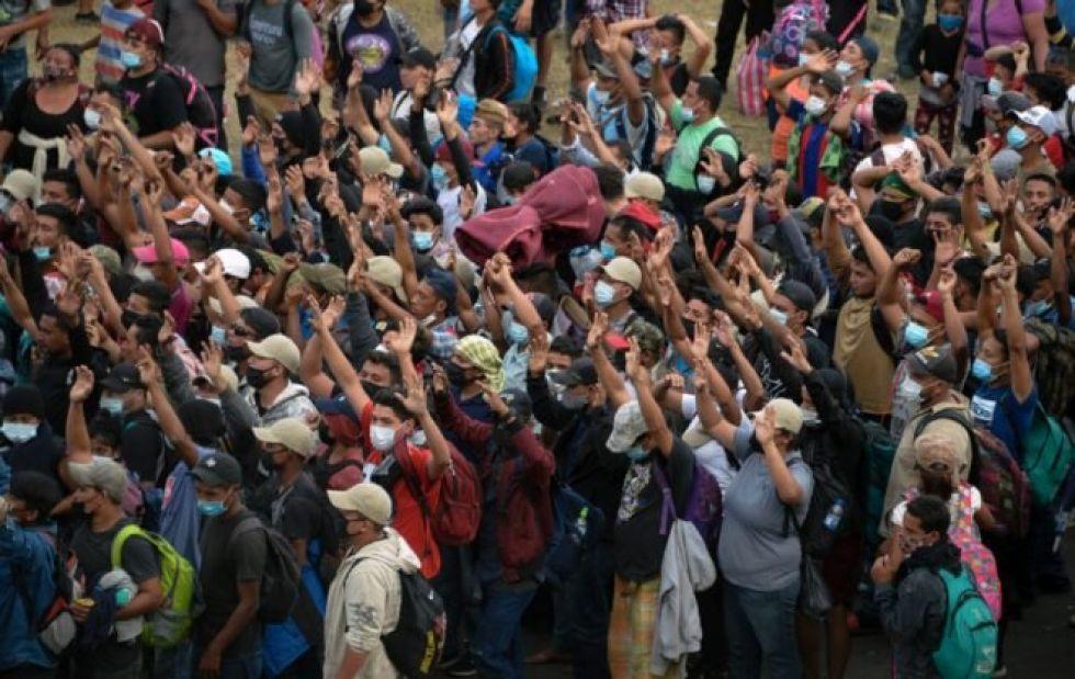 Migrantes hondureños, parte de una caravana que se dirige a Estados Unidos, se reúnen para rezar en Vado Hondo, Guatemala, el 17 de enero de 2021
