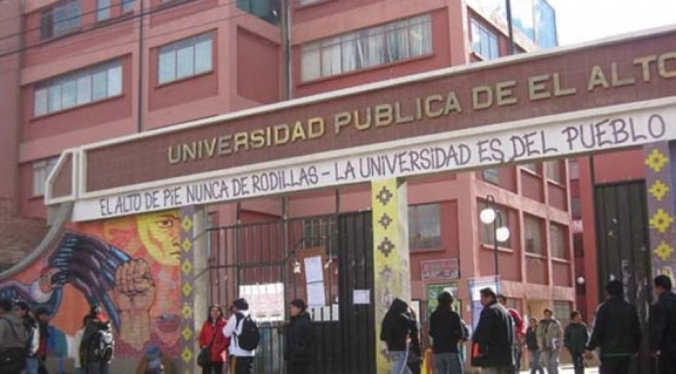 Aseguran que hay universitarios fallecidos tras colapsar una baranda de la UPEA