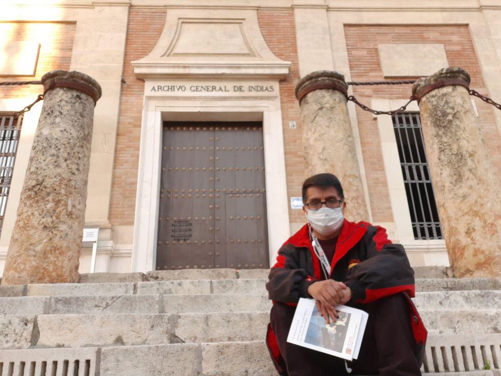 Juan José Toro en el Archivo General de Indias.