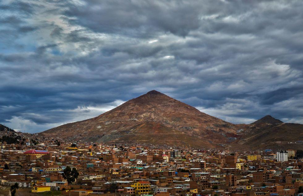 El Cerro Rico con la Villa Imperial de Potosí a sus pies. Foto: Lino Berazain.