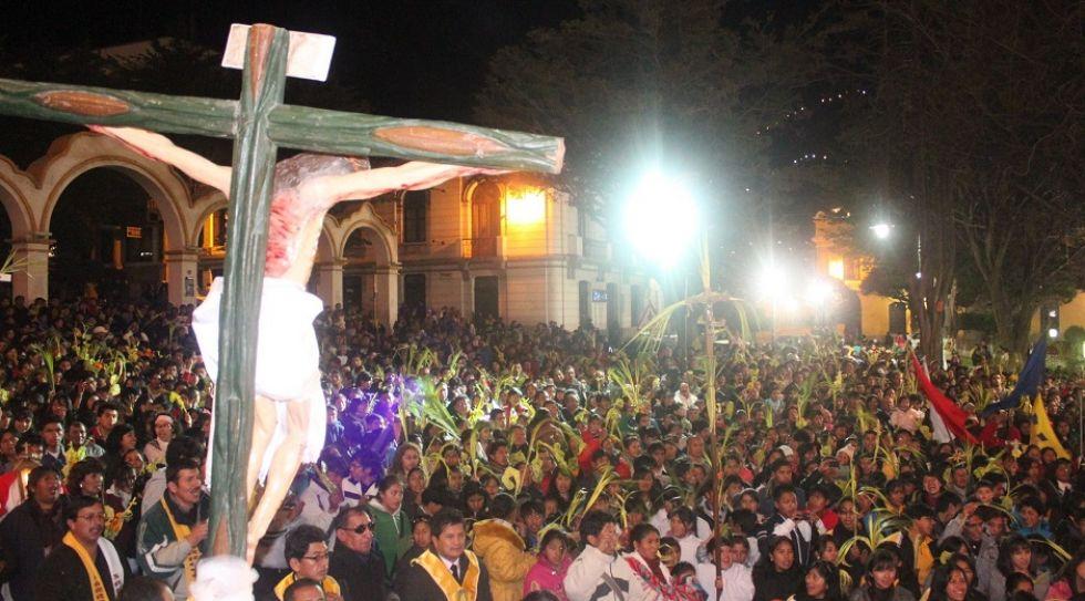 Fieles potosinos a los pies de Cristo crucificado.