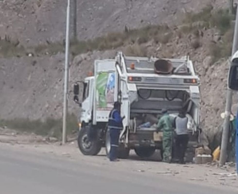 Vecinos captan que personal de EMAP traslada productos que eran para desecho